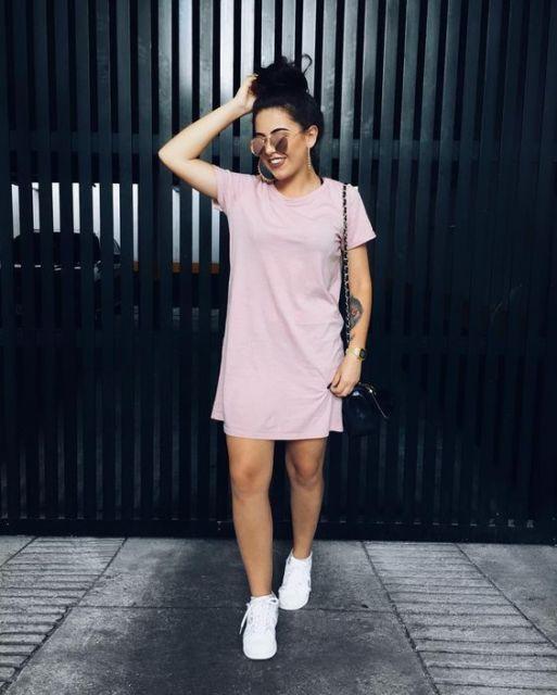 look vestido rosa e tênis