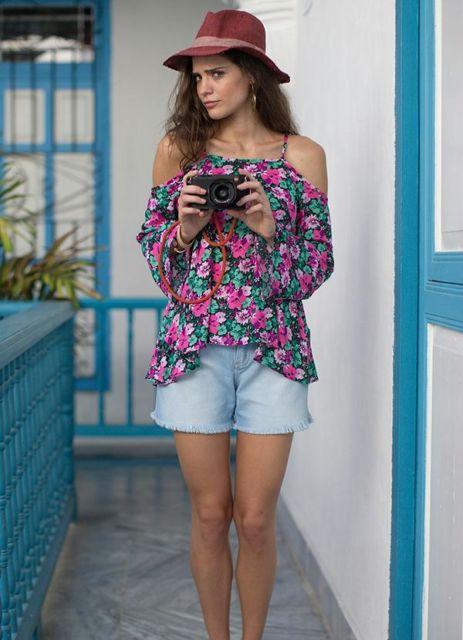 blusa ciganinha manga longa estampa floral com short jeans