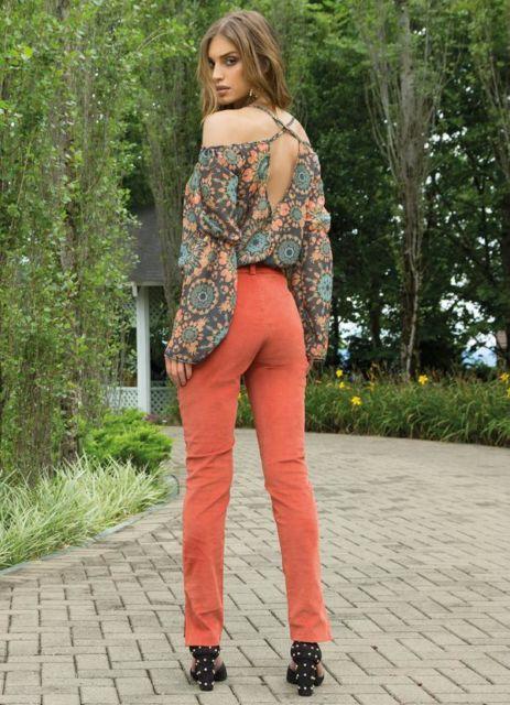 blusa ciganinha manga longa com jeans colorido