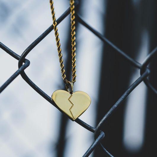 colar dourado de coração partido