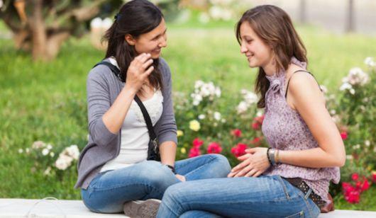 como ser mais feminina com as amigas