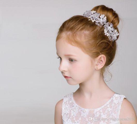 coque infantil com flores na lista de penteados para casamento
