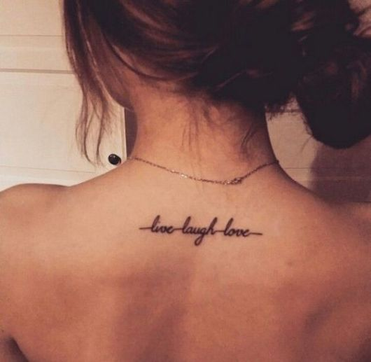 tatuagem em inglês na nuca