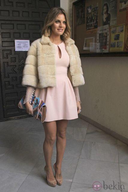vestido com casaco de pelos