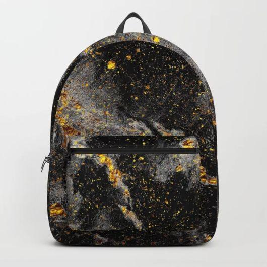 mochila preta e dourada