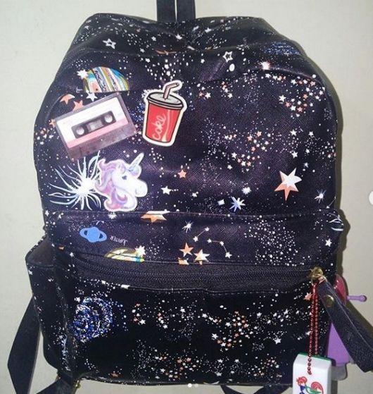 mochila preta estampada