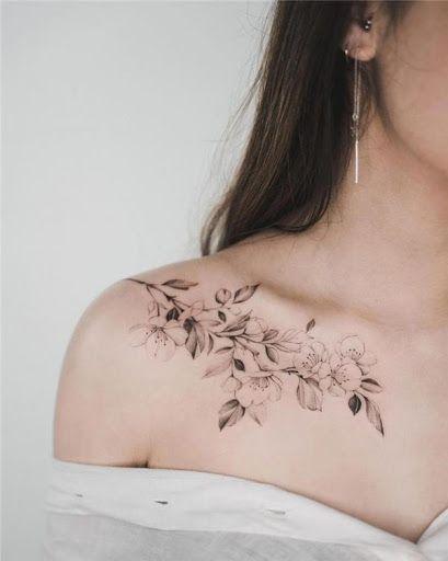 tatuagem preta e branca flor de cerejeira