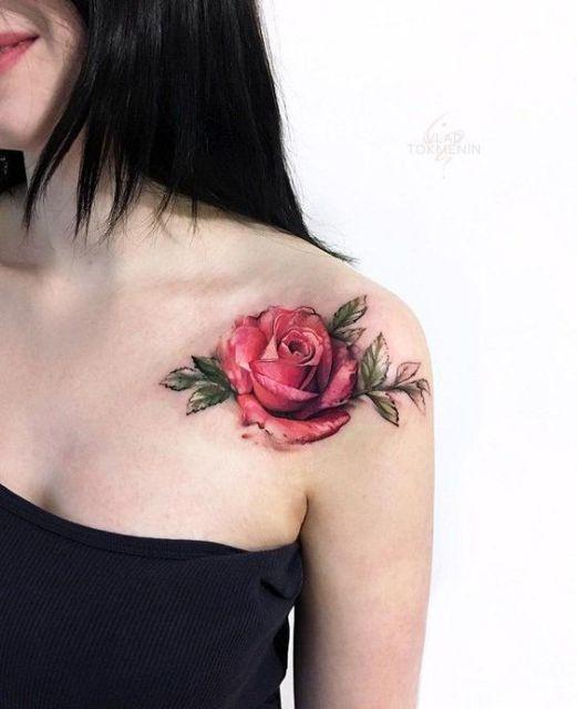 tatuagem de rosa no omrbo