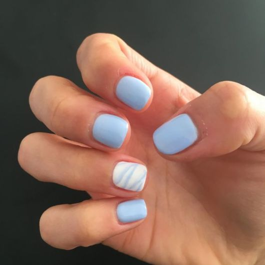 unha curta azul