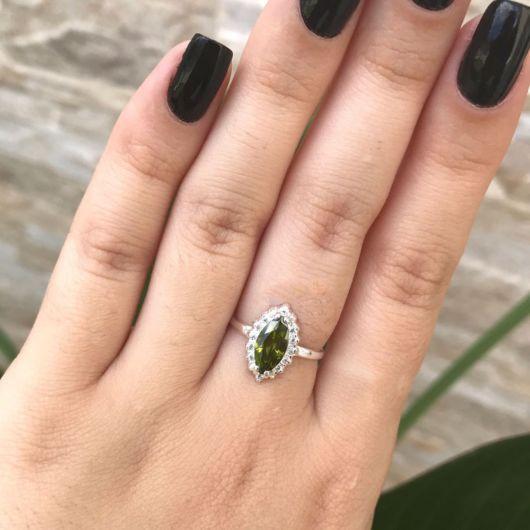 anel delicado com pedra verde