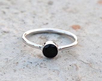 anel com pedra redonda