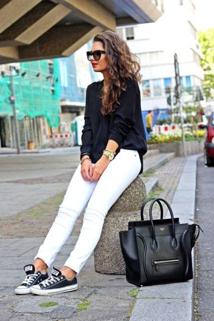 look calça branca e tênis