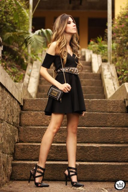look vestido preto com cinto