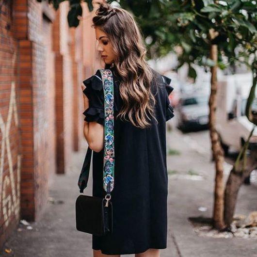 look bolsa preta com alça colorida