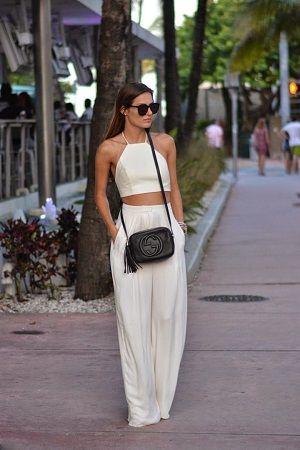 look branco com bolsa preta