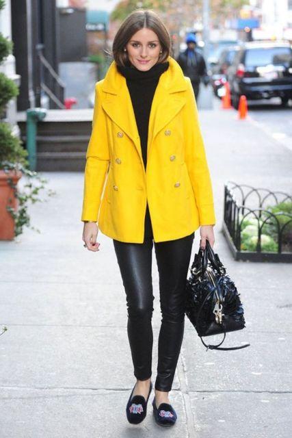 look de inverno com casaco amarelo