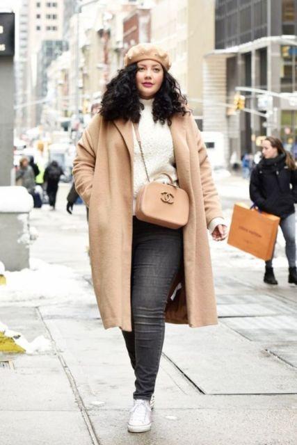 look plus size com casaco cáqui