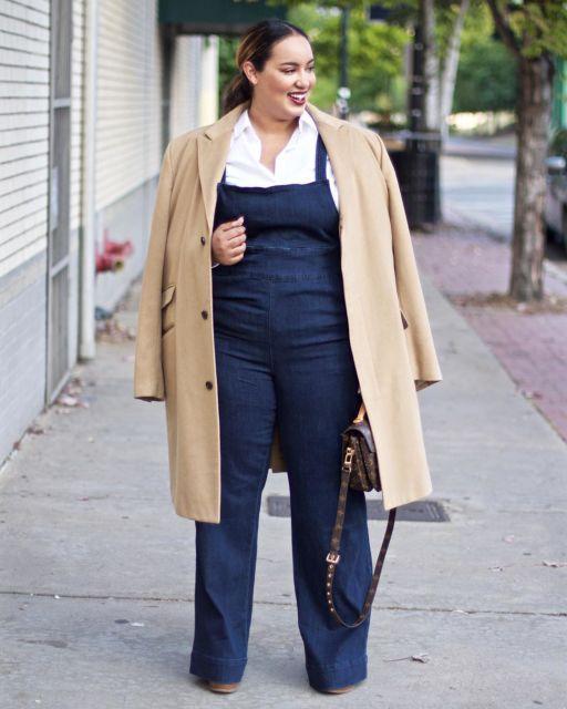 look plus size com macacão jeans
