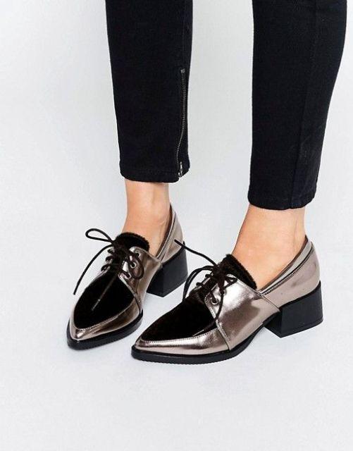 modelo usa sapato bico fino nas cores metalizado com preto.