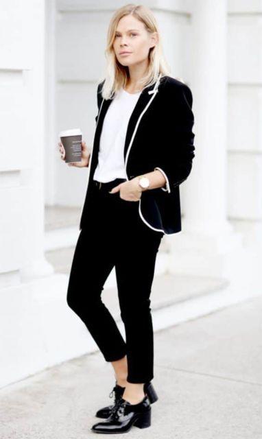 modelo veste blazer, calça e oxford preto.