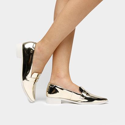 modelo usa sapato metalizado.