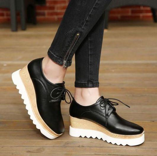 modelo usa sapato preto com salto reto.