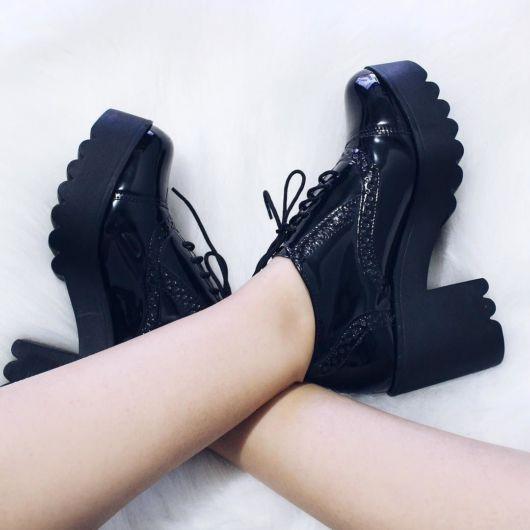 modelo usa sapato preto de salto alto.