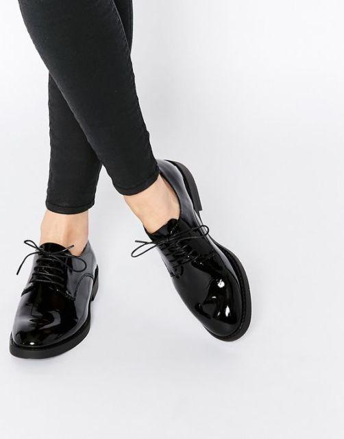 modelo usa calça preta e sapato preto envernizado.