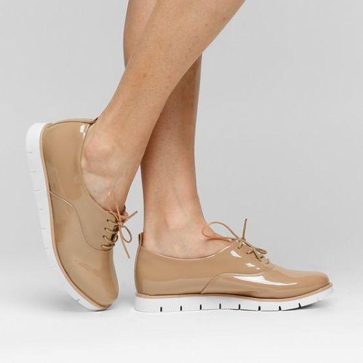 Imagem de sapatos bege com solado branco.