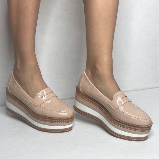 modelo usa sapato com salto flatform.