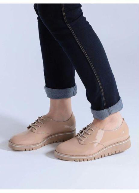 modelo usa calça jeans, sapato bege.