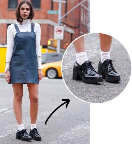 modelo usa vestido jeans denim, blusa branca manga longa gola alta e oxford de salto.