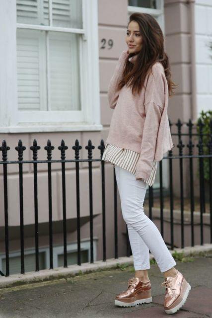 modelo veste calça branca, suéter rosa claro, sapato de salto.