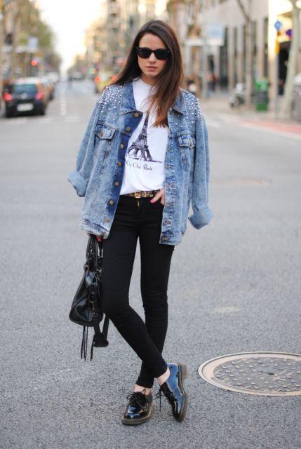 modelo usa camiseta, jaqueta jeans e oxford preto.