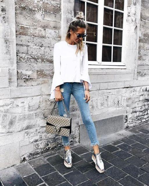 modelo veste jeans, blusa branca e sapato metalizado.