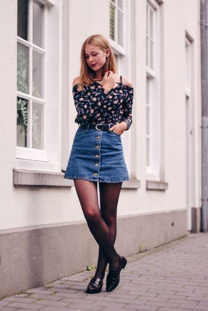 modelo veste saia jeans, blusa floral e sapato.