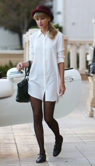 modelo usa camisa branca, meia calça e sapato preto.