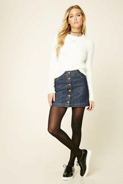 modelo veste saia jeans, blusa branca e meia calça.