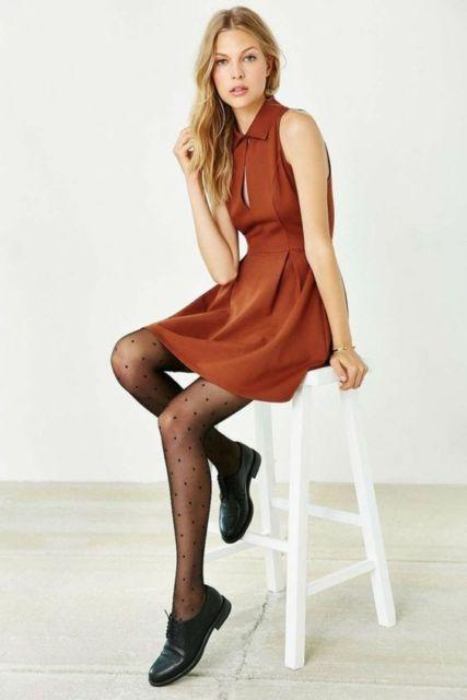 modelo usa meia calça, vestido e sapato preto.