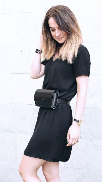 look vestido e pochete preta