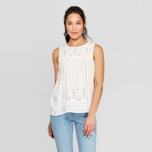 regata branca feminina com jeans básico