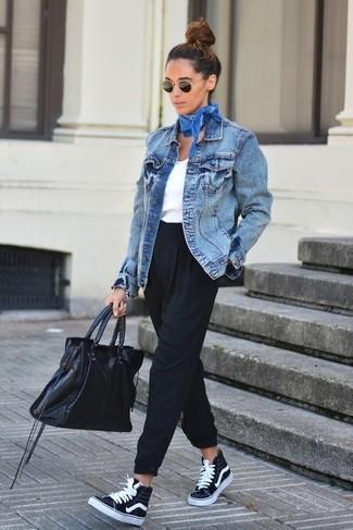 regata branca feminina com jaqueta jeans