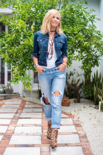 regata branca feminina com jeans destroyed