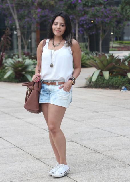 regata branca feminina com short jeans curtinho
