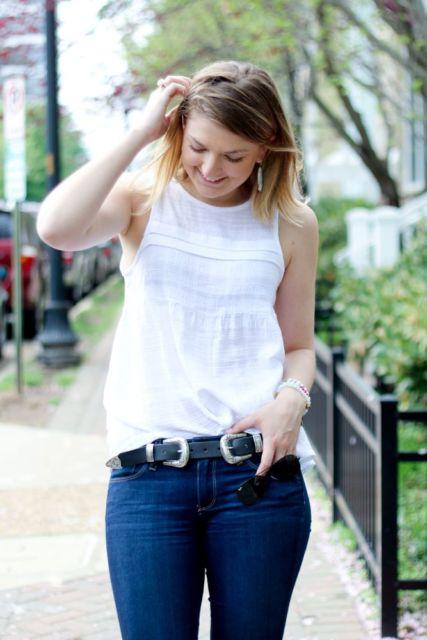 regata branca feminina com jeans com cinto