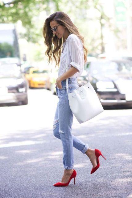 scarpin vermelho com calça jeans