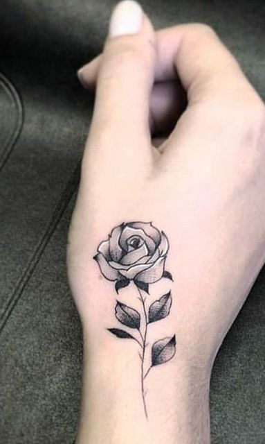 tatuagem preta e branca rosa