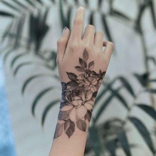 tatuagem branca e preta flor