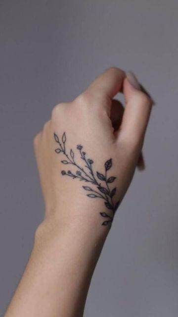 tatuagem delicada dorso da mão