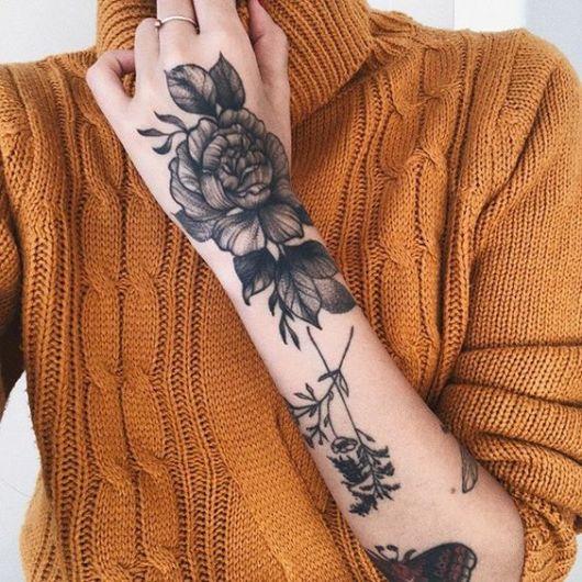 tatuagem grande de flor